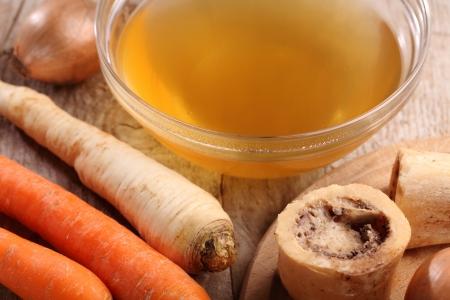 牛肉のスープ、茹でた骨、新鮮な野菜とボウルします。