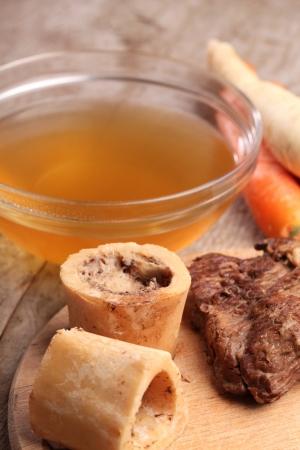 쇠고기 국물, 삶은 뼈, 고기와 신선한 야채와 그릇
