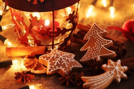 ジンジャーブレッドのクッキー、スパイスおよびクリスマスの照明。