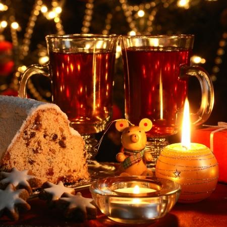 クリスマス テーブル - ケーキ、クッキー、ろうそく、クリスマスの装飾