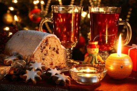 weihnachtskuchen: Weihnachtstisch - Kuchen, Pl�tzchen, Kerzen und Weihnachtsschmuck Lizenzfreie Bilder