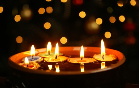luz de velas: Velas en nuthells Foto de archivo