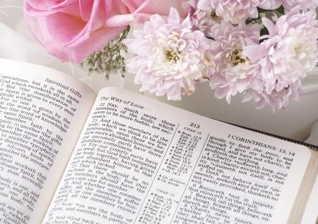 神聖な聖書と花です。 写真素材