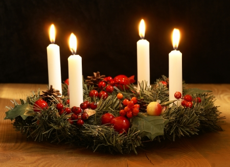 the advent wreath: Corona de Adviento con cintas de plata Foto de archivo