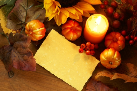 종이 복사본 공간이 나무 배경에 해바라기, 촛불, 가을 장식의 배열입니다.