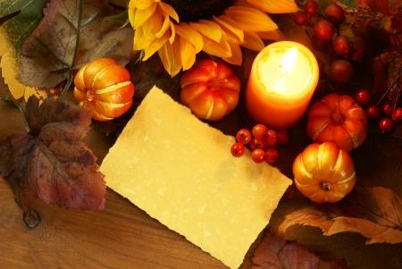 Arrangement de tournesol, des bougies et des décorations d'automne sur fond de bois avec un espace de copie papier. Banque d'images - 20923947