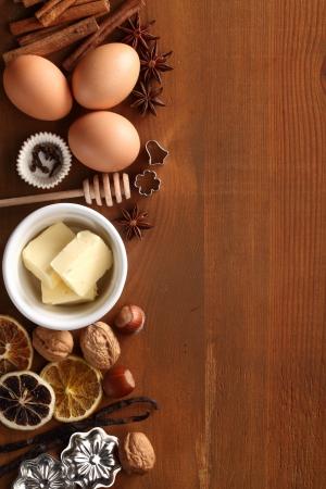 Backküchenhelfer, Gewürzen und Lebensmittelzutaten auf hölzernen Hintergrund mit Kopie Raum. Standard-Bild - 20917760