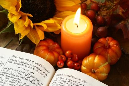 秋の装飾品、キャンドル、聖書を開く