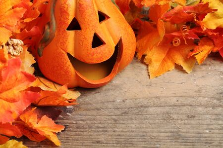citrouille halloween: Sourire t�te de citrouille sur fond de bois avec copie espace