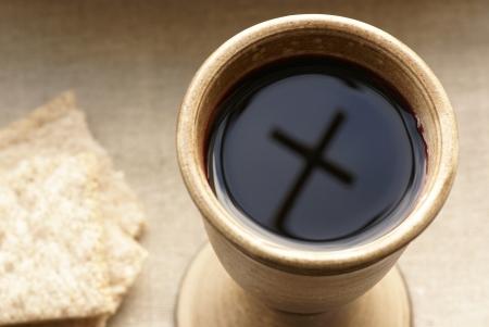 와인과 빵 성배. 성배에 십자가 그림자.