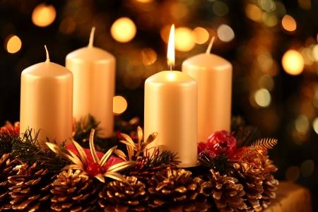 Adventskranz mit einer Kerze beleuchtet Standard-Bild - 21047506