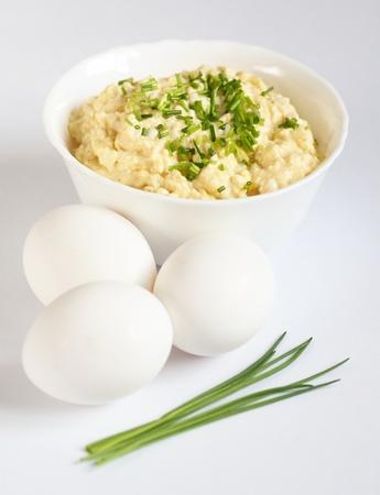 広がる卵、卵、ニラとボウルをホワイト