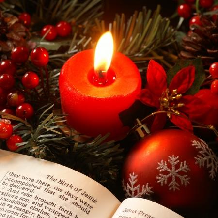 advent: Open Bijbel en kerstversieringen Stockfoto