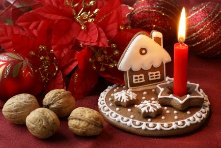 casita de dulces: Gingerbread velas y decoraciones de Navidad Foto de archivo