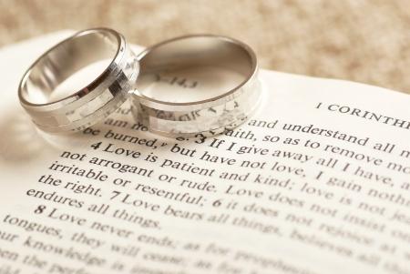 Deux anneaux sur la Bible ouverte - 1. Corinthiens chapitre 13. Banque d'images - 21730821