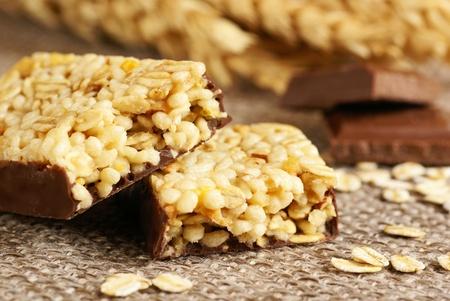 barra de cereal: Detalle de las barras de granola, chocolate y cereales