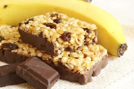 barra de cereal: Detalle de las barras de granola, plátanos y chocolate