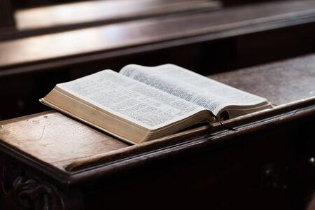 bible ouverte: Open Bible sur un banc de l'église Banque d'images