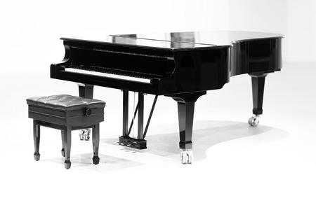 klavier: Fl�gel auf wei�em Hintergrund wth dem Stuhl