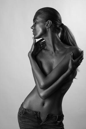 desnudo de mujer: Foto de la manera blanca de la mujer con los ojos cllosed sosteniendo su cuerpo con las manos y negro Foto de archivo