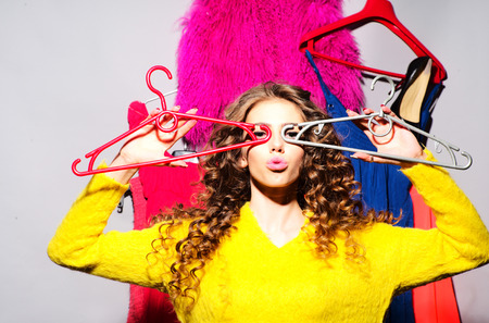 mujeres fashion: Hermosa mujer de moda sexy con su ropa de colores