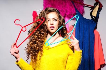a04cf6b88006e1 Mooie sexy vrouw met haar kleurrijke kleding