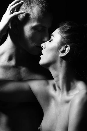 Schöne junge Paar auf Studio, Vertikal Standard-Bild - 39425189