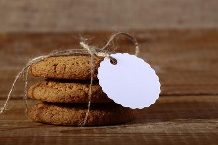 roped: Roped oatcake con la etiqueta poniendo sobre la mesa de madera de la parte superior de cerca copyspace, horizontal de la imagen Foto de archivo