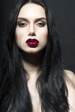 Portrait de fille nue tentant de vamp avec lumineux maquillage hâte, verticale de l'image Banque d'images - 39479751