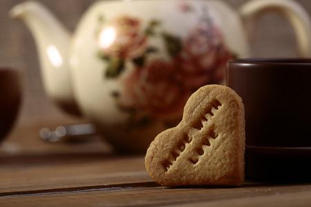 signet: Galletas en forma de coraz�n con el sello en la mesa de la cocina Primer plano copyspace, foto horizontal Foto de archivo