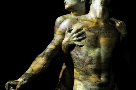Femme mains étreignant homme avec de l'écorce texture