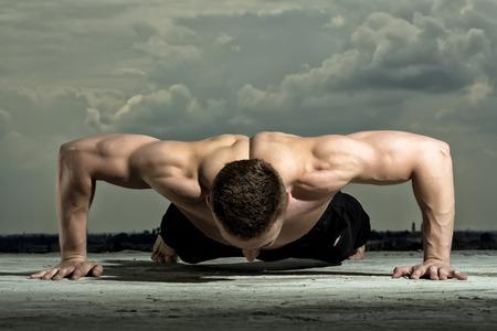 nude young: Красивый половой мышечной разделась мужчина культурист тренировки на фоне голубого неба, горизонтальный изображение