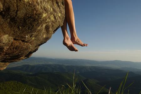 pies descalzos: Hermoso paisaje de alta mountaing en las colinas verdes con madera y piernas femeninas descalzos humanos de la niña sentada en la roca en azul cielo cubo fondo natural, horizontal picturepicture Foto de archivo