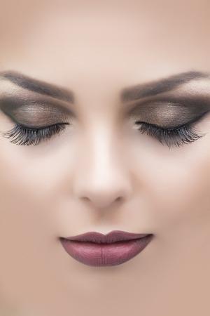 boca cerrada: Detalle de la hermosa cara de mujer sensual atractiva con los labios rojos o vinoso oscuro suaves marrones ojos cerrados y las largas pestañas de mujer joven y bella durmiente, imagen vertical Foto de archivo