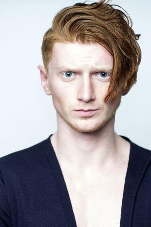 cabello negro: Retrato del modelo atractivo chico joven y atractiva con el pelo rojo en camiseta negro con ganas de pie en el estudio sobre fondo blanco copyspace, imagen vertical
