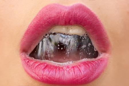 거품 음료와 함께 아름 다운 젊은 아가씨의 성적 열려있는 여성 입의 근접 촬영 황갈색 베이지 색의 얼굴에 밝은 분홍색 입술에 거품, 가로 그림