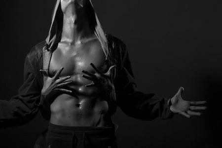 , 가로 그림 후드를 찾고와 여자 스튜디오에서 검은 색과 흰색 copyspace 서 손으로 수용 가죽 재킷에 섹시한 강한 근육질의 아름다운 몸을 가진 남자의  스톡 콘텐츠