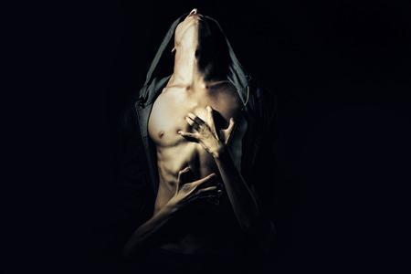 Junges Paar von Mann mit sexy starken muskulösen Körper in der Lederjacke mit Kapuze nachschlagen und Mädchen umarmte mit Händen, die auf schwarzem Hintergrund Studio, horizontale Abbildung Standard-Bild - 44315926