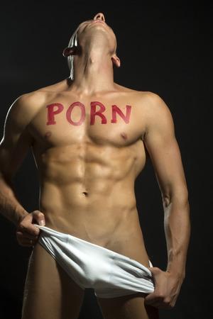 sin camisa: Un hombre musculoso desnudo guapo en ropa interior blanca