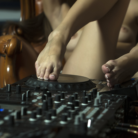 Muchacha Atractiva Joven Flexible Desnuda Dj Con Auriculares