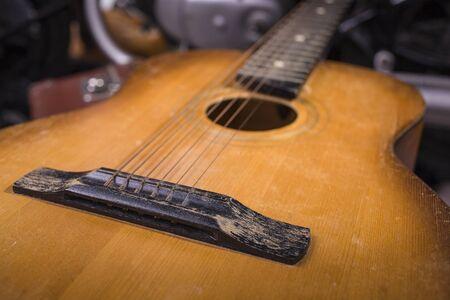 instrumentos de musica: Primer plano de una cadena acústica luz de color marrón de madera del instrumento musical de la guitarra con forma hermosa de interior en el estudio, cuadro horizontal