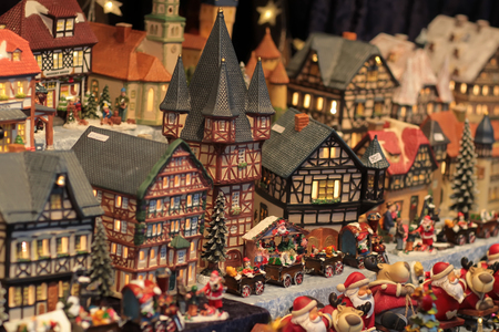 juguetes: Foto del peque�o pueblo de juguete con casas festivas con luces en las ventanas de Pap� Noel y renos figuras y trenes de juguete Foto de archivo