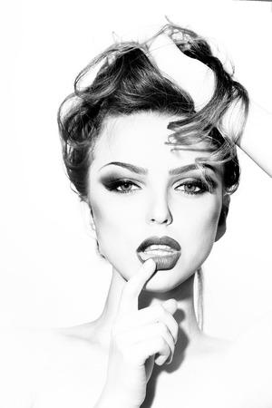 junge nackte m�dchen: Portrait des jungen sexuellen nackte M�dchen mit weichen Lippen und lockiges Haar h�lt Finger in der N�he Lippen nach vorne schauen auf Studio-Hintergrund, vertikale Bild Lizenzfreie Bilder