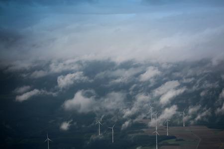 paesaggio industriale: Panorama vista spettacolare skyline di blu cielo nuvoloso dalla finestra aereo sopra eolico paesaggio di sfondo turbine eoliche stazioni di energia rinnovabile di potenza, maschera orizzontale Archivio Fotografico