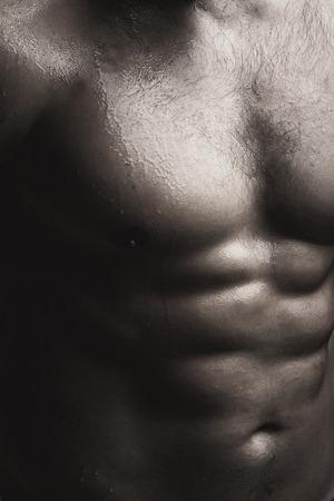 nackte brust: Closeup Blick auf einen stattlichen sexuellen starke junge männliche nackte Brust der Muskel nassen Körper stehend posiert auf Studio-Hintergrund schwarz und weiß, vertikale Bild