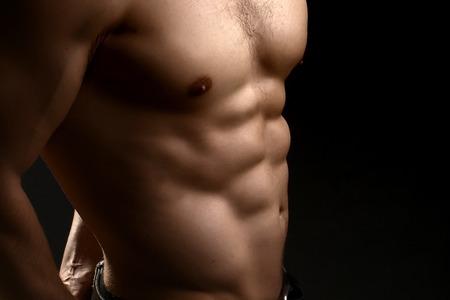 nackte brust: Closeup Blick auf einen stattlichen sexuellen starken jungen männlichen nackten Brust des muskulösen Körper stehend posiert auf Studio-Hintergrund, horizontale Bild