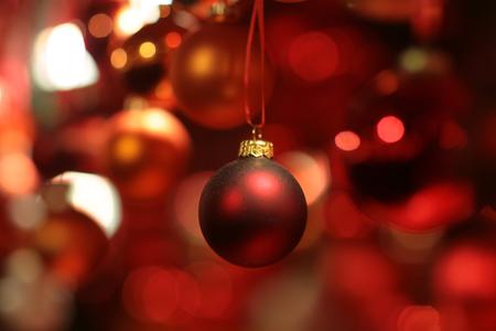 Immagine di lucido e offuscata rosso ghirlanda di Natale a base di palline di dimensioni diverse consistenza e le sfumature, maschera orizzontale Archivio Fotografico - 47795866