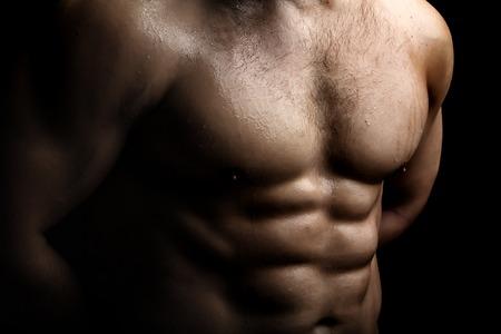 nackte brust: Closeup Blick auf einen stattlichen sexuellen starke junge m�nnliche nackte Brust der Muskel nassen K�rper stehend posiert auf Studio-Hintergrund, horizontale Bild