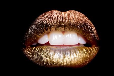 黒の背景画像の水平方向に分離された白い歯と性的な美しい女性開いた黄金唇のクローズ アップ ビュー