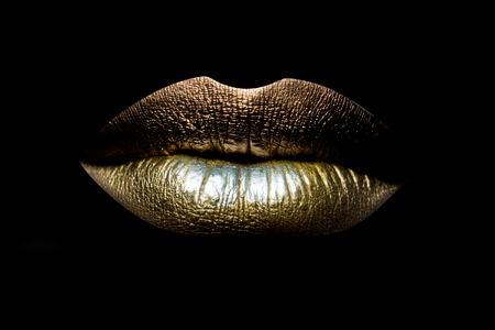 Vista del primo piano di bella femmina sessuale chiuso labbra d'oro isolato su sfondo nero, maschera orizzontale Archivio Fotografico - 48976763